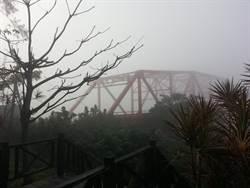 霧鎖彰化縣 西螺大橋只能看見影子