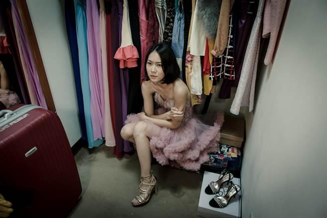鍾瑶演出《愛我請回頭》,不小心被鎖在更衣室裡。(緯來提供)