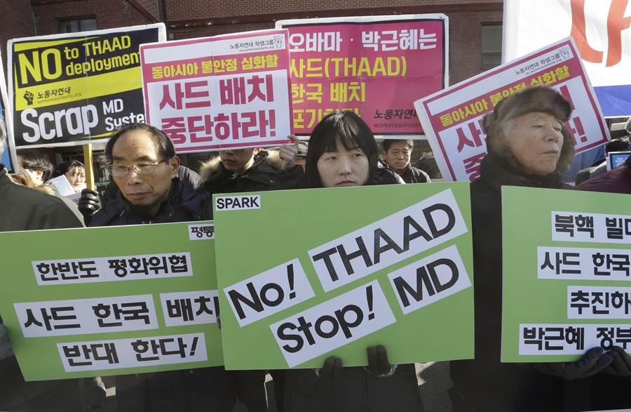 今年二月初韓國民眾在首爾發起反對部署薩德反飛彈系統的抗議活動。許多韓國人認為部署薩德反而會刺激北韓採取過激行動,並影響韓國與中國的關係。(圖/美聯社)