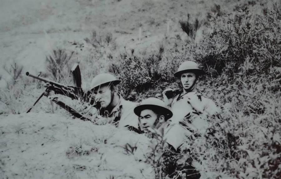 與加拿大軍隊並肩作戰的香港華籍英軍。(香港二戰退役軍人會)