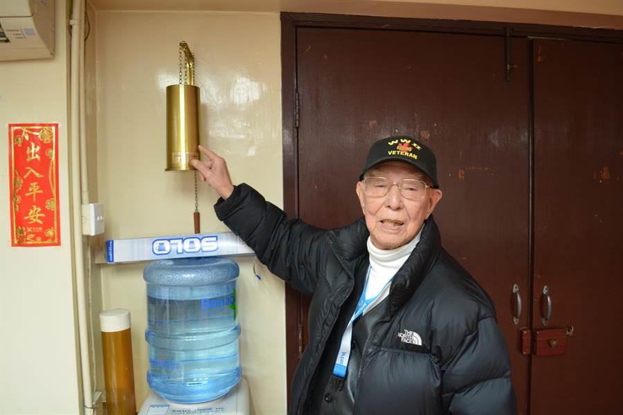 蔡彼得先生與當年他們擊落日機時使用的防空砲砲彈彈殼。(許劍虹攝)