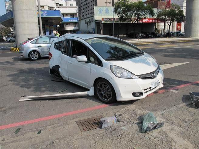 中市南屯區發生一起車禍,林姓男子駕駛白色自小客車發生車禍,車體嚴重毀損,林妻及兒子無生命跡象。(陳淑芬攝)