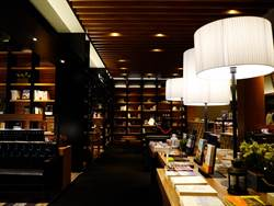 異人館台中漢口店 結合書店咖啡、合菜