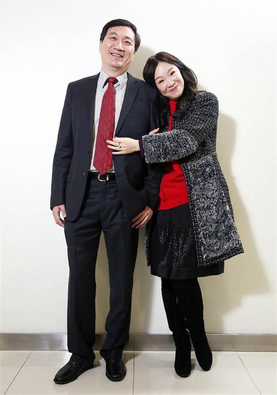 圖為知名英文補教老師徐薇(右)與丈夫江正明(左)。(本報資料照片)