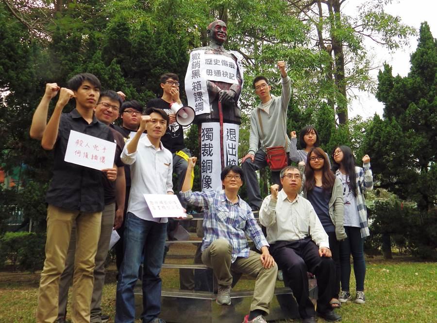 台中教育大學摸索社學生今天下午在校內,將「獨裁銅像」等標語貼上蔣介石銅像。(陳界良攝)