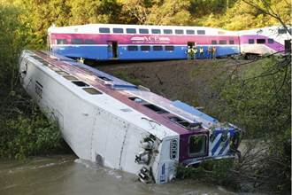 疑泥石流肇禍 美加州火車出軌翻覆