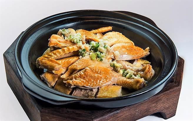 用傳統電鍋蒸製的「花雕焗飛天雞」,是2星餐廳「名人坊」招牌大菜,如今在 漢來海港敦化店吃得到。(圖/漢來美食)