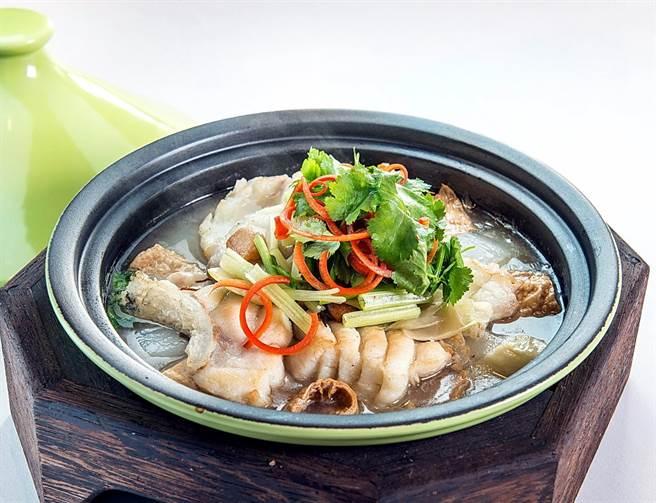 用潮州酸菜提味增鮮的「潮式浸海魚」,適合冷涼時節品嚐享用。(圖/漢來美食)