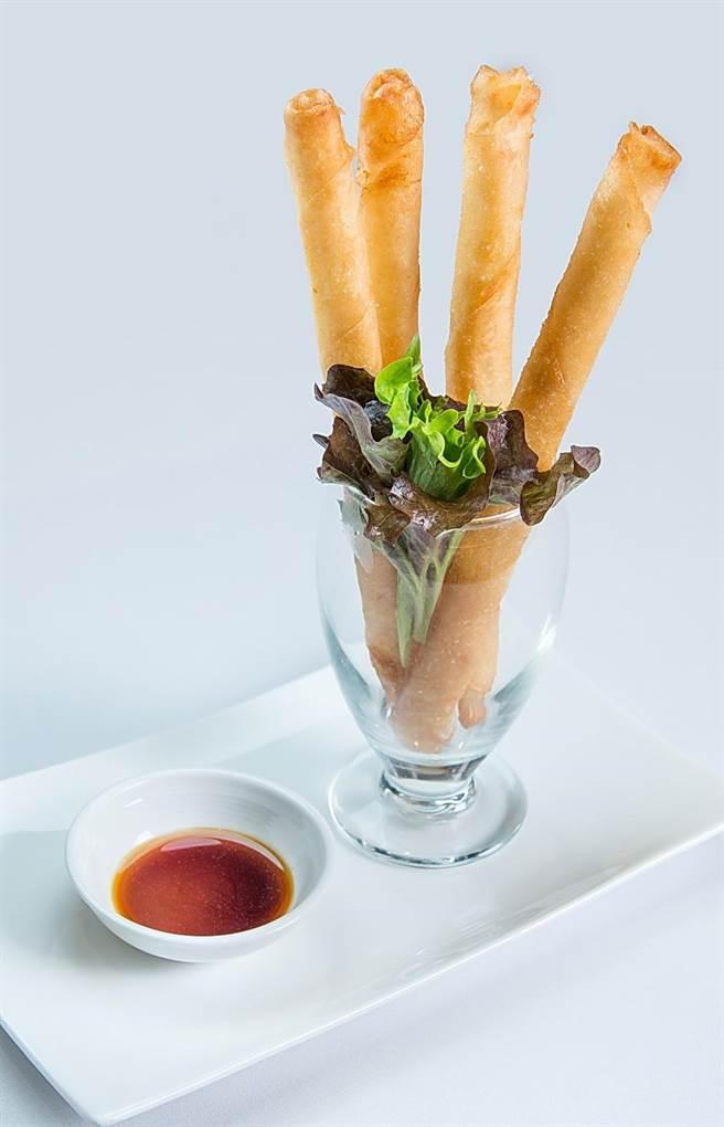「金銀蒜長春卷」裡頭包了新鮮蝦肉和生、熟蒜頭,蒜香不嗆。(圖/漢來美食)