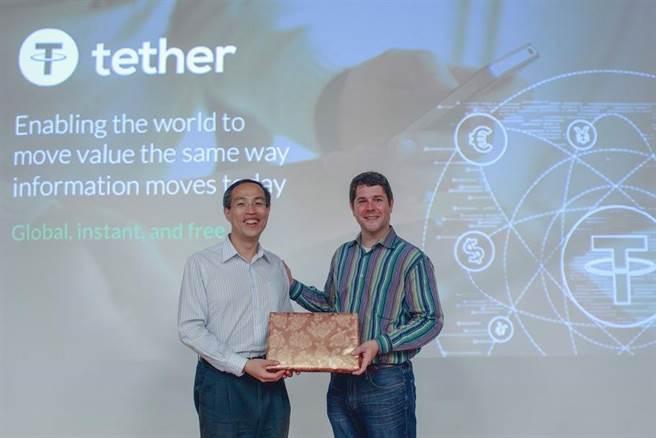 區塊鏈技術新創Tether共同創辦人兼技術長Craig Sellars於會上進行分享,臺大金融科技暨區塊鏈中心籌備處召集人的資工系教授廖世偉授禮表示感謝。