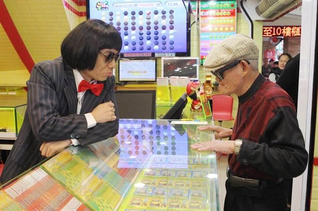 郭子乾(左)模仿豬哥亮,與李炳輝對戲。(屏東基督教醫院與台灣優質生命協會提供)