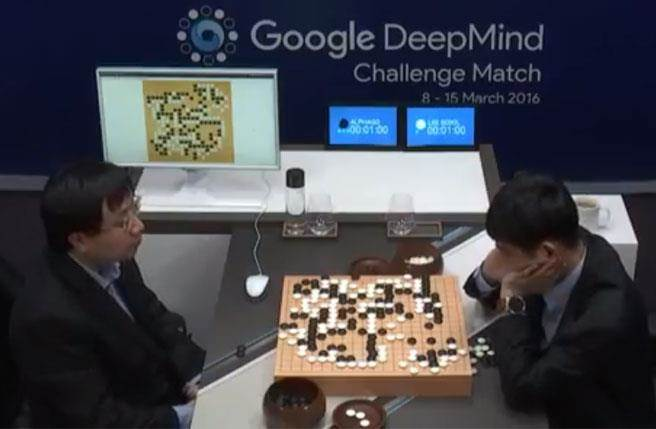 「AlphaGo」人工智慧系統挑戰世界南韓棋王李世乭(右),今天舉行第2場對弈,AlphaGo獲得2連勝。(圖截自Youtube)