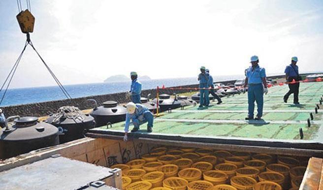 圖為台東縣蘭嶼貯存場,遠方為無人居住的小蘭嶼。(中時報系資料照片)