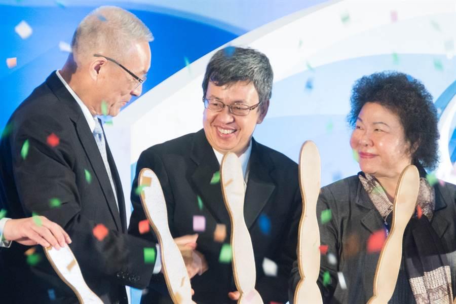 吳敦義(左)、陳建仁(中)在台上揭幕後互相握手,此時才有較熱絡的互動。(林宏聰攝)