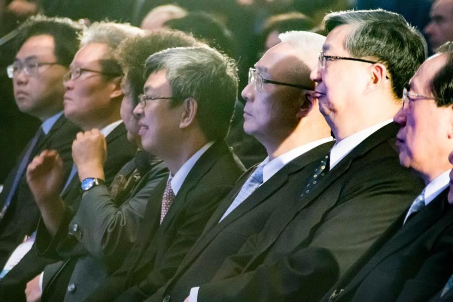 吳敦義(右三)、陳建仁(右四)坐在座位直視抬上致詞貴賓,兩人互動冷淡。(林宏聰攝)