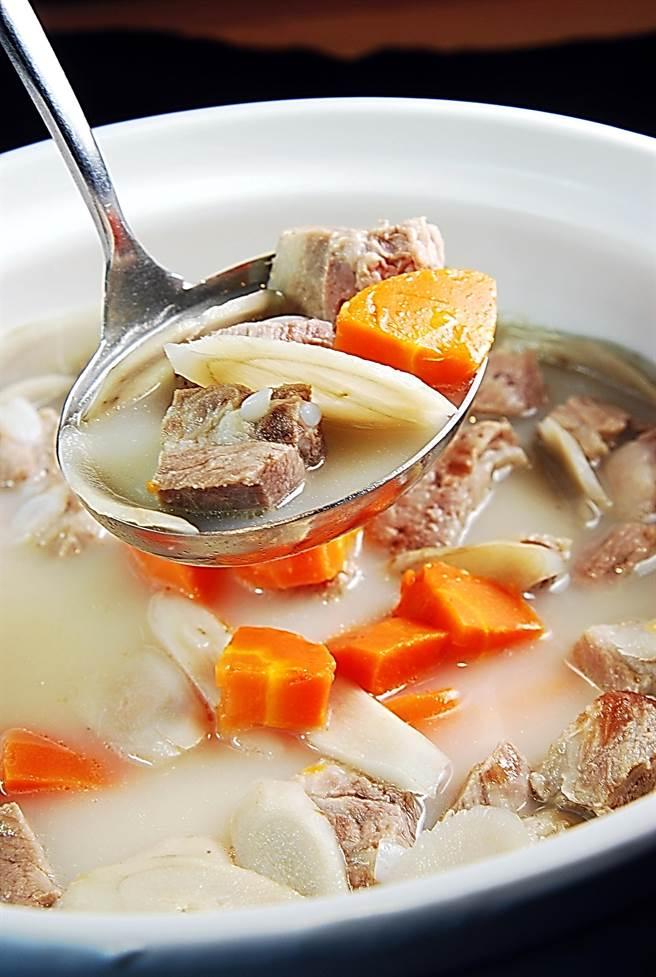 用豬腱肉與紅、白蘿蔔燉煮的〈富哥煲湯〉,色澤乳白、看似濃膩、入口卻甘香滑順,且湯內完全沒有雜渣。(圖/姚舜攝)
