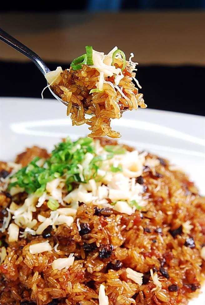 〈生炒臘味糥米飯〉是先炒再蒸,並用了臘味和蝦米、瑤柱增加風味與口感。(圖/姚舜攝)