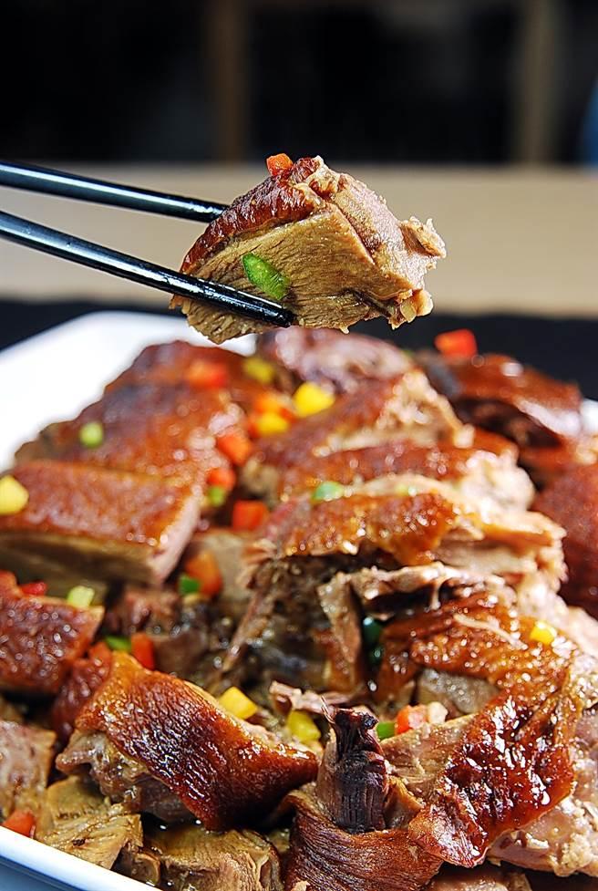 富哥做的〈香芋梅子鴨煲〉是著名的「煲仔菜」,鴨肉嚐得出紫蘇梅甘香,且搭配的芋頭都吸足湯汁故非常入味。(圖/姚舜攝)