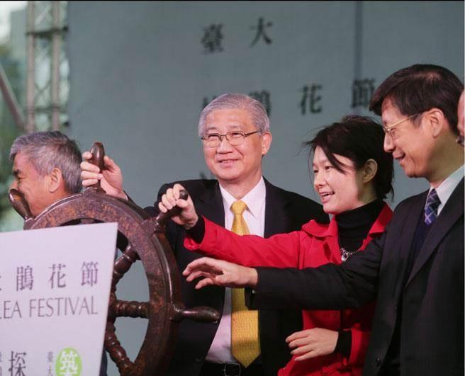 台大校長楊泮池(右三)出席杜鵑花節開幕儀式。(楊兆元攝)