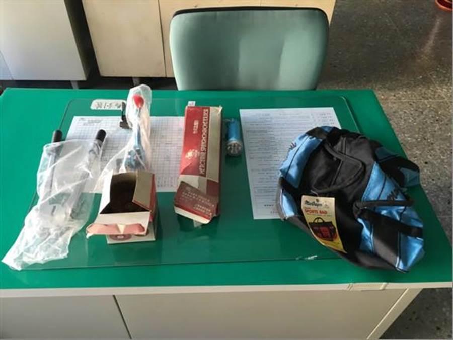 警方在夏男包內起出鋼刷、油壓剪及血壓計,原是屋內值錢東西早已被屋主清空。(劉宥廷翻攝)