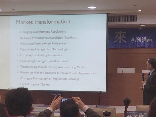 「經濟大未來」講座講員─前財政部長呂桔誠,在演講中點出國際市場十大趨勢。(圖/黃慧雯攝)