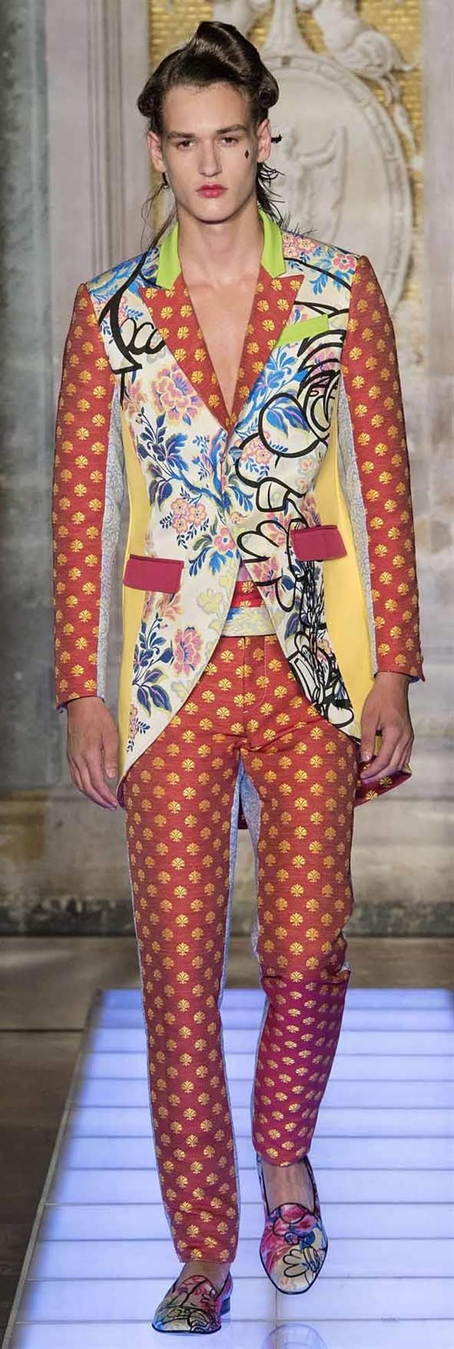 JEREMY SCOTT主政的MOSCHINO,大膽無畏地讓錦緞、糖果條紋、卡通圖印、燕尾服、霓虹色系等元素從容並置,共構出當代的服裝輪廓。圖片提供/JIMMY CHOO
