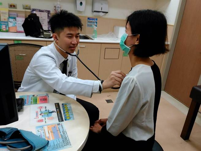 安南醫院蔡忠紘醫師認為短時間A、B兩型流感兼得,機率來說100人中只有二人。(程炳璋翻攝)