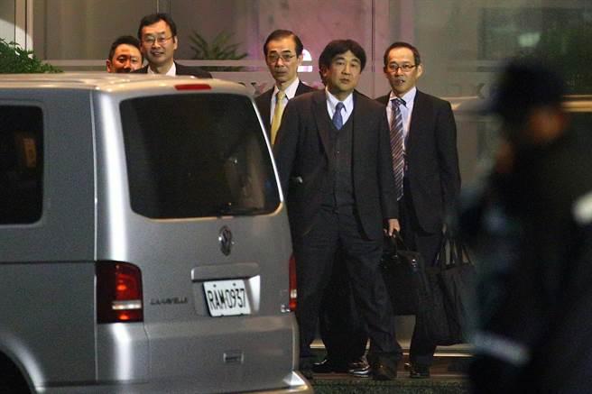 日本夏普代表團於晚間八時三十分離開。(陳麒全攝)