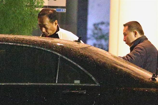 鴻海董事長郭台銘也在晚間九時離開鴻海總部。(陳麒全攝)