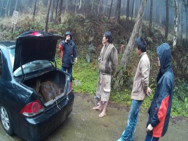 山老鼠為逃避警方查緝,佯裝登山客駕黑色轎車載運牛樟贓木,試圖躲避警方攔查,仍遭埋伏警方人贓俱獲。(黎薇翻攝)