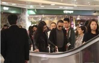 謝賢帶小49歲的女友逛街 見狗仔怒飆:拍夠了吧?