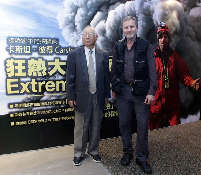 新光三越董座吳東興與探險攝影家卡斯坦.彼得一同合影。(陳麒全攝)