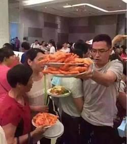 泰國清邁 陸客上演搶蝦大戰