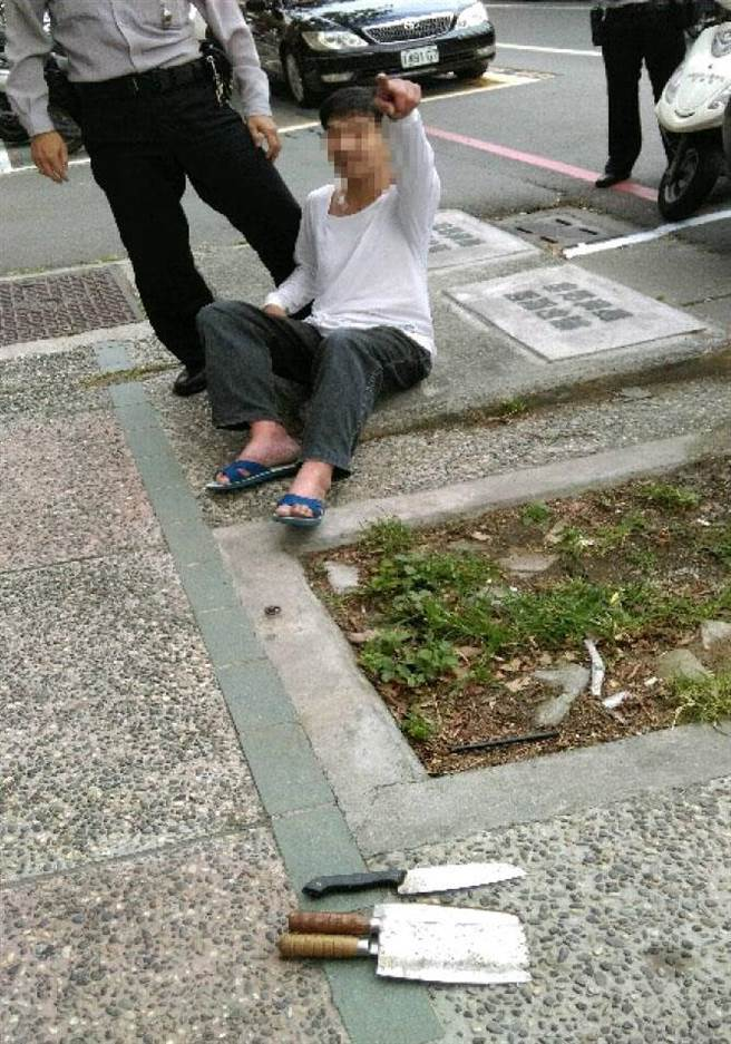 警方將郭男制伏,並在現場查扣1把水果刀、2把菜刀。(林宏聰翻攝)