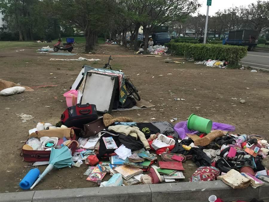 東區干城公園髒亂不堪,且形成跳蚤市場。(馬瑞君攝)