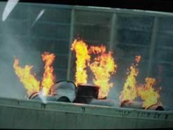 壓克力樹脂桶掉國道起火 烈焰沖天無人傷