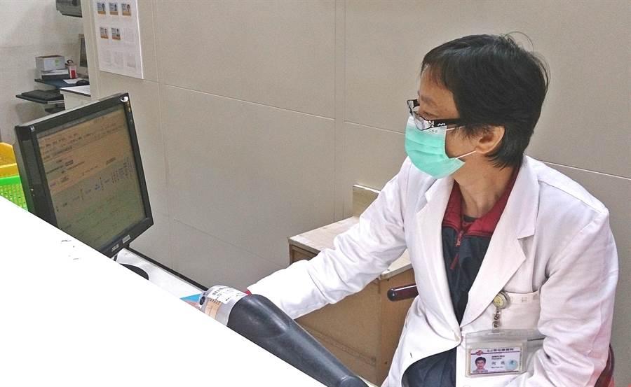 草屯療養院關心老人用藥安全,運用雲端藥歷系統,讓老人有良好用藥照護。(草療提供)