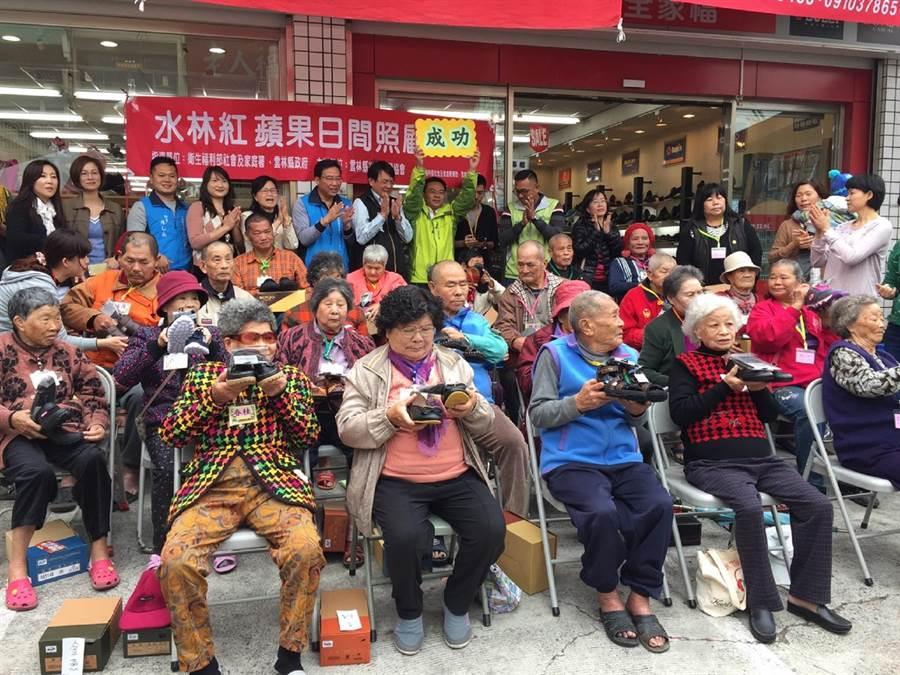 20幾名老人家賣餅募得2萬元,開心買鞋圓夢。(張朝欣攝)