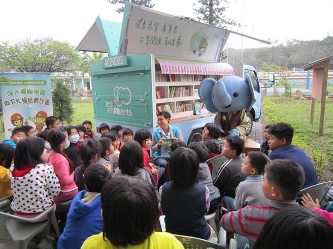麗嬰房行動圖書車開跑,為偏鄉兒童朗讀故事,鼓勵他們培養閱讀習慣。(麗嬰房提供)