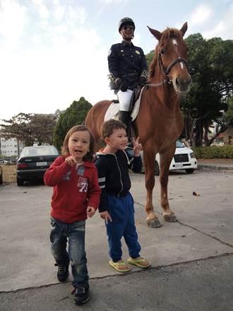高市警婦幼隊慶祝兒童節 教騎馬、跳妖怪舞