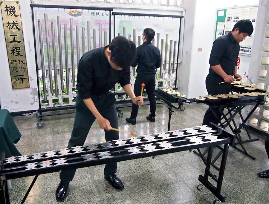 屏科大機械工程系「振動噪音實驗室」,開發出多款新型打擊樂器,敲打後竟然發出和弦。(潘建志攝)