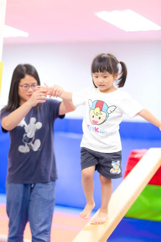 歡樂親子大挑戰由飛奇兒專業師資精心設計,設置八道體操關卡,需由親子兩人組隊闖關,除比拚完賽速度更考驗體力與體操技巧。(先勢溝通提供)
