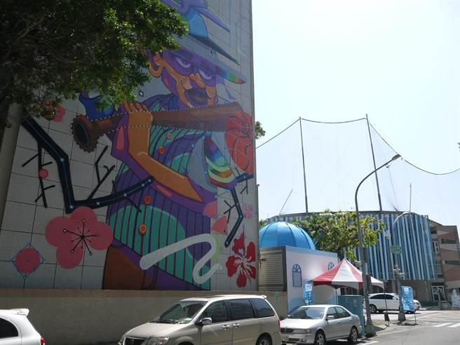 前金國中外牆就以立德棒球場為發想創作「夢想」,最為搶眼。(劉宥廷攝)