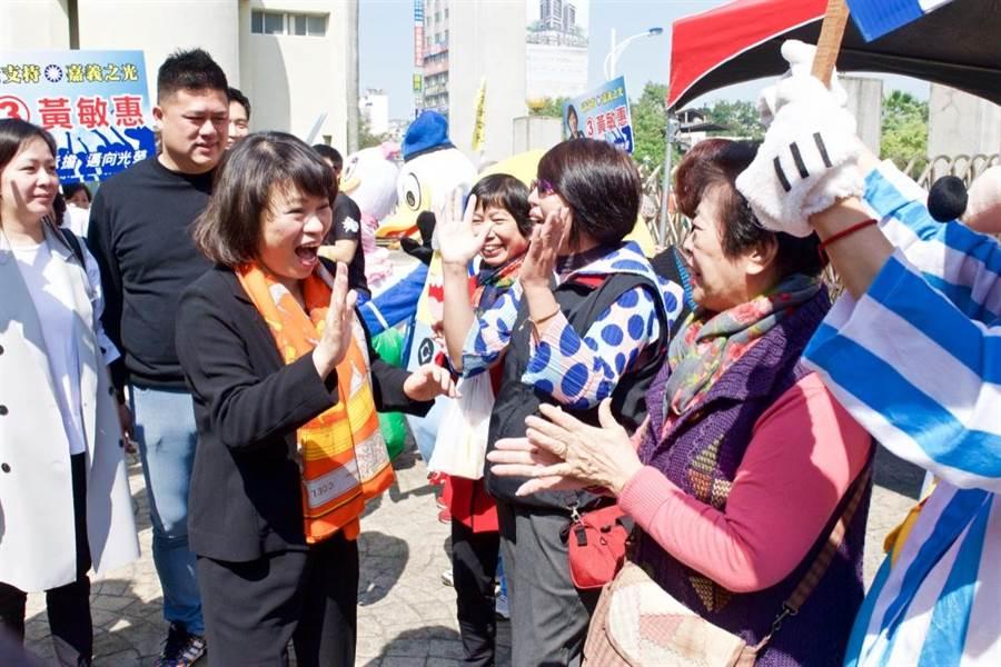 國民黨候選人黃敏惠到嘉義女中投票,受支持者簇擁。(陳俞霈攝)