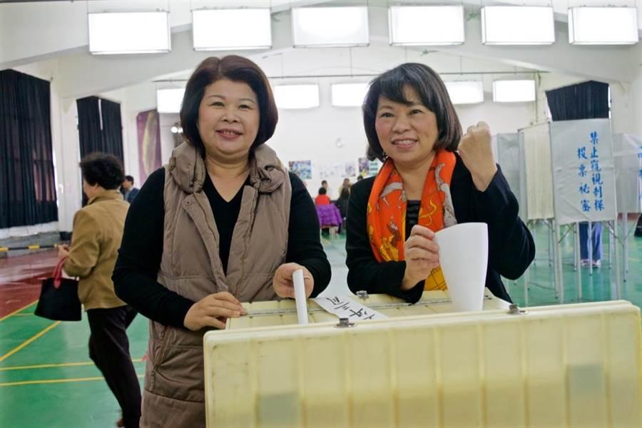 黃敏惠(右)在嘉市議員張秀華(左)陪同下,投下國民黨主席補選的神聖一票。(陳俞霈攝)