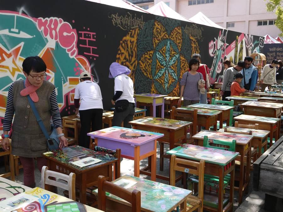 「2016前金塗鴉藝術節」除有塗鴉成果發表會外,現場還有彩繪課桌椅義賣活動。(劉宥廷攝)