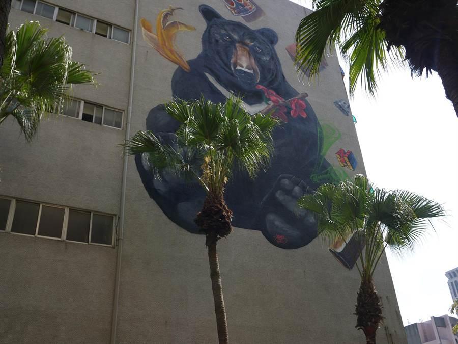 前金區公所外牆的「台灣黑熊」塗鴉,也十分可愛。(劉宥廷攝)