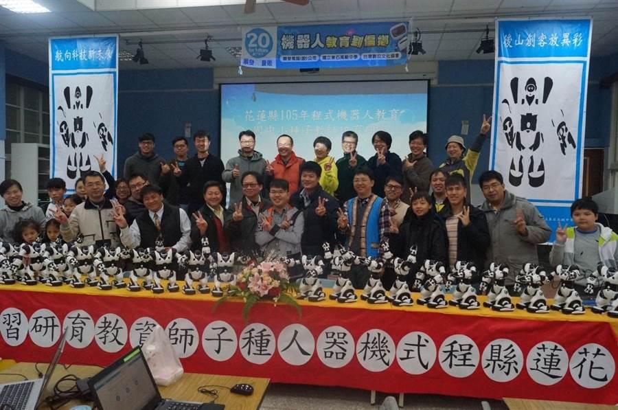 縣府與3C業者攜手合作,贈送20隻「羅本艾特」機器人。(楊漢聲翻攝)