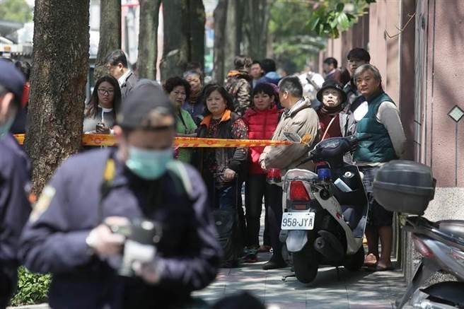路旁圍觀的民眾。(楊兆元攝)