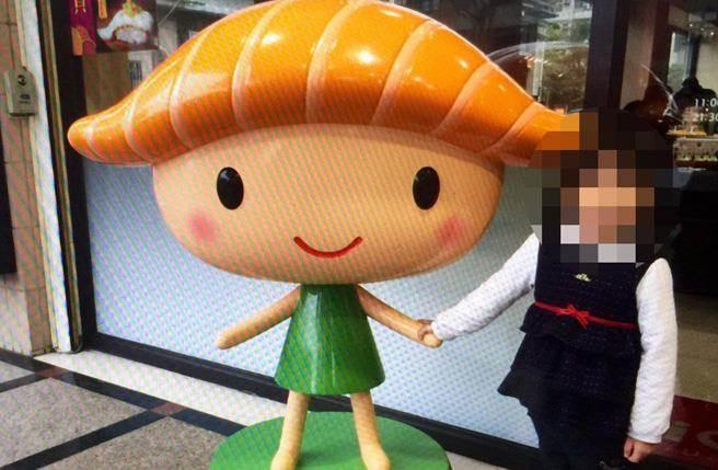 無辜慘遭橫禍的小女孩,生前笑容燦爛與她喜愛的廣告logo合照,如今看來份外令人心痛。(圖/家屬提供)